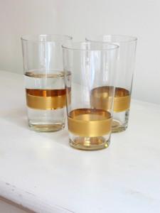 Wasser Becher mit goldenem Band und -Boden