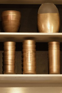 Gefäße der Stille im Regal. Atelier Wiebke Vogt